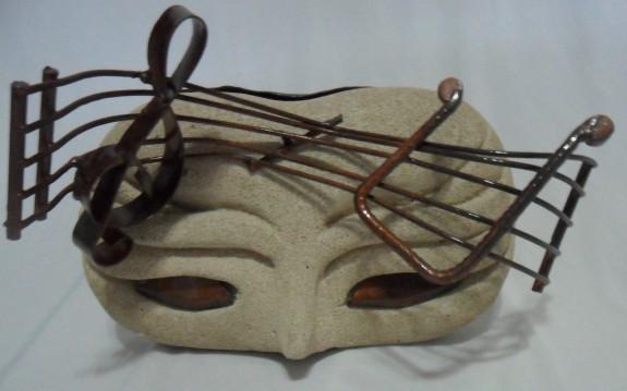Melodia, escultura de Pietra Verbena em metal e concreto celular esculpido com cinzel